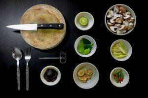 stół z akcesoriami kuchennymi - przygotowywanie posiłku